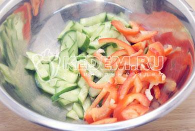 В миску нарезать огурец и перец соломкой