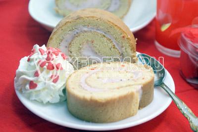 Нарезать на порционные кусочки и подавать к столу.#12Приятного аппетита! - Бисквитный рулет с клубничным кремом. Фото рецепт приготовление бисквитного рулета с клубничным кремом.