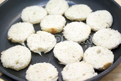 Обжарить на раскаленной сковороде с растительным маслом, с двух сторон