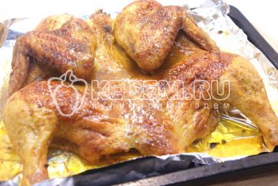 Поставить в духовку на 1 час при температуре 200 градусов С. Готовую курицу немного остудить и разрезать на половинки