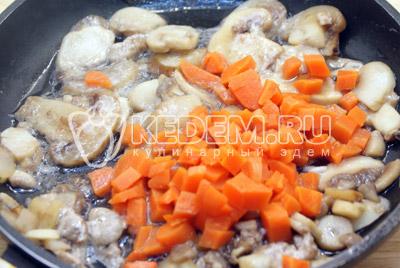 Для гарнира на растительном масле обжарить шампиньоны с морковью, добавить полу готовый рис и 1/2 стакана воды. Тушить до готовности 5-7 минут, на среднем огне