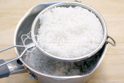 Рис отварить в подсоленной воде до готовности. Откинуть на сито