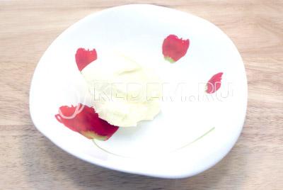 Масло растопить. - Блины на сливках с творогом и клубничным джемом. Фото рецепт приготовление вкусных фаршированных блинов с творогом и клубничным джемом.