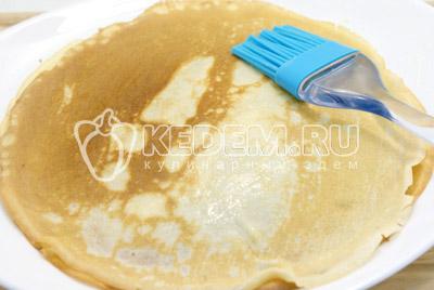 Готовые блины сложить стопкой, каждый смазывая растопленным сливочным маслом. - Блины на сливках с творогом и клубничным джемом. Фото рецепт приготовление вкусных фаршированных блинов с творогом и клубничным джемом.