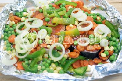 Добавить ломтиками нарезанный болгарский перец и колечками нарезанный лук. Сверху немного посолить. Полить оливковым маслом. - Кижуч запеченный с овощами. Фото рецепт приготовление красной рыбы запеченной с овощами в духовке.