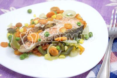 Выложить на блюдо овощи, а сверху уложить стейки рыбы. Подавать к столу. Приятного аппетита! - Кижуч запеченный с овощами. Фото рецепт приготовление красной рыбы запеченной с овощами в духовке.