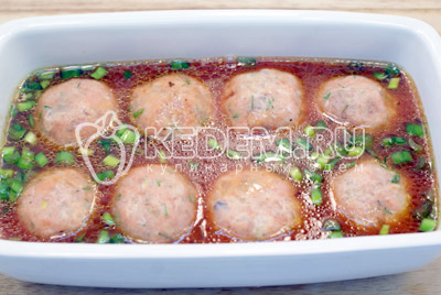 Для заливки смешать томатную пасту половину нашинкованного зеленого лука и оливковое масло. Добавить 120 мл. горячей воды, хорошо перемешать. - Рыбные тефтели. Фото рецепт приготовление рыбных тефтелей с гарниром.