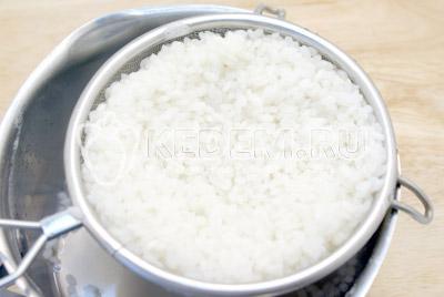 Рис отварить до полу готовности. Откинуть на сито