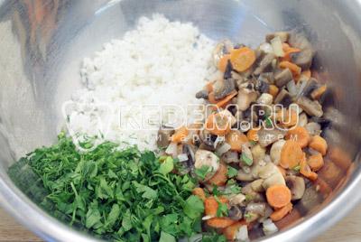 Смешать в миске обжаренные грибы с овощами, рис и нарубленную зелень. Посолить и поперчить