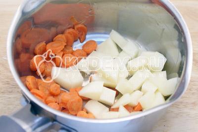 Морковь и  картофель очистить. Морковь нарезать кружочками, картофель нарезать кубиками. Сложить в кастрюлю