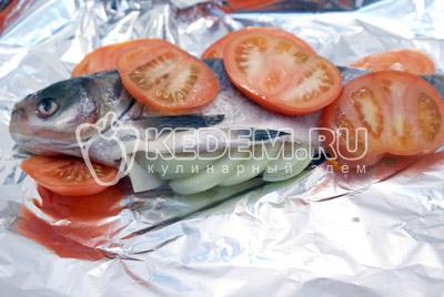 Выложить кольцами порезанный помидор сверху толстолобика и полить оливковым маслом. - Толстолобик с томатами. Фото рецепт приготовление толстолобика с овощами запеченного в фольге.