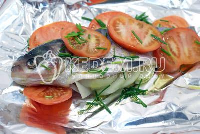Посыпать нашинкованным зеленым луком. - Толстолобик с томатами. Фото рецепт приготовление толстолобика с овощами запеченного в фольге.