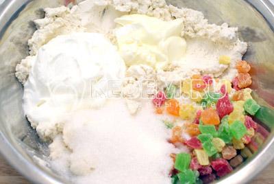 Творог протереть через сито. Добавить размягченное сливочное масло, сметану, сахар, соль и цукаты