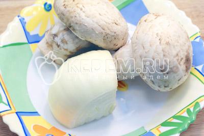 Лук очистить, грибы вымыть и обсушить. - Пирожки с курицей и грибами. Фото рецепт приготовление пирожков с грибами на Пасху.