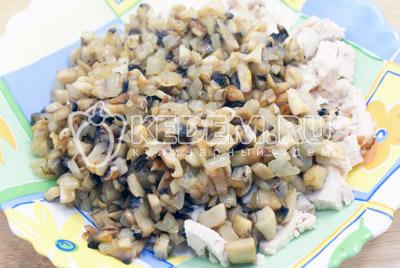 Смешать курицу, грибы с луком. Перемешать, посолить и поперчить. - Пирожки с курицей и грибами. Фото рецепт приготовление пирожков с грибами на Пасху.