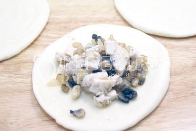 Каждый кусочек приплюснуть и раскатать в лепешки. Выложить начинку. - Пирожки с курицей и грибами. Фото рецепт приготовление пирожков с грибами на Пасху.