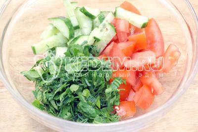 Овощи и зелень не крупно нарезать в миску, посолить и заправить маслом. - Овощной салат в сырной корзинке. Фото рецепт приготовление овощного салата в сырной корзинке.