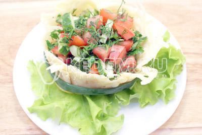 Выложить салат в корзинку и украсить зеленью салата и лука. - Овощной салат в сырной корзинке. Фото рецепт приготовление овощного салата в сырной корзинке.