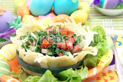 Подавать к столу. Приятного аппетита! Со Светлой Пасхой! - Овощной салат в сырной корзинке. Фото рецепт приготовление овощного салата в сырной корзинке.