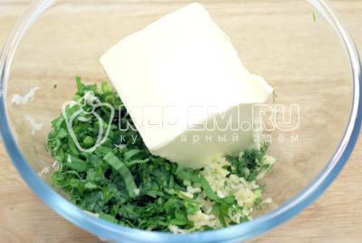 Зелень нашинковать и сложить в миску, добавить прессованный чеснок и масло (комнатой температуры). - Масло с зеленью. Фото рецепт приготовление сливочного масла с зеленью.