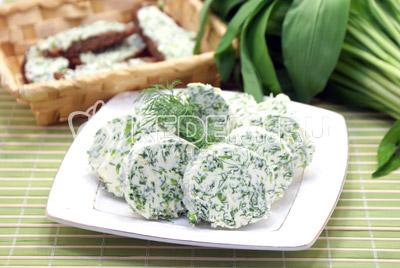 Достать и разрезать. Можно сразу подавать с тостами или любым хлебом. Приятного аппетита! - Масло с зеленью. Фото рецепт приготовление сливочного масла с зеленью.
