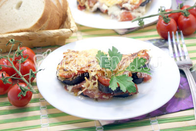 Остудить и разрезать на порции. Выложить на тарелки и украсить веточкой зелени. Приятного аппетита! - Баклажаны с помидорами, запеченные под сыром. Фото рецепт приготовление баклажанов с помидорами.