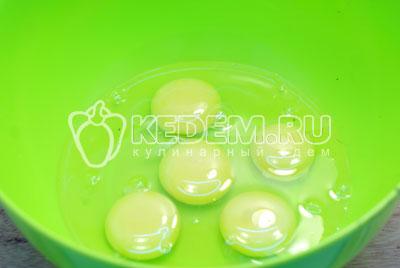 Яйца разбить в миску и взбить в пену