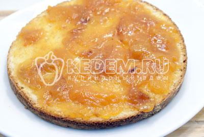 Первый корж намазать джемом. - Сливочный торт с абрикосовым джемом. Фото рецепт приготовление торта с абрикосовым джемом и сливками.