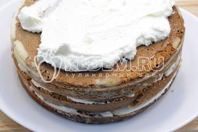 Сверху положить второй корж. Помазать его, как и первый, джемом и слоем сливок, сверху накрыт третьим коржом. - Сливочный торт с абрикосовым джемом. Фото рецепт приготовление торта с абрикосовым джемом и сливками.