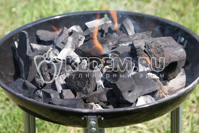 Пока курица маринуется, подготовить угли.