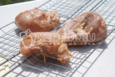 Выложить курицу на решетку