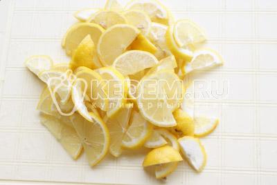 Разрезать на половинки и далее нарезать ломтиками. - Домашний лимонад. Фото рецепт приготовление домашнего лимонада.