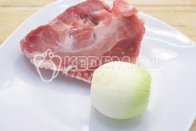 Мясо промыть, очистить 1 луковицу. Сложить в кастрюлю и залить холодной водой. Варить 1-1,5 часа, после закипания убрать пену. В течении 20 минут варки убрать луковицу, луковицу выбросить.