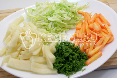 Картофель и морковь нарезать соломкой, капусту и укроп нашинковать.
