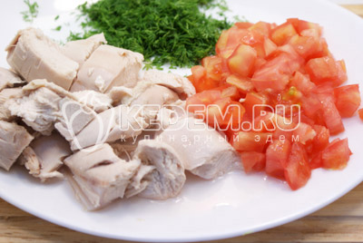 Мясо отделить от костей и кожи, нарезать кубиками куриное мясо и помидоры.
