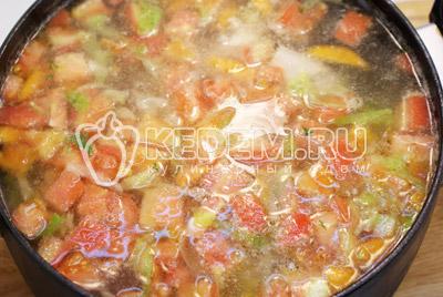 Добавить в кастрюлю мясо и помидоры, варить 2-3 минуты