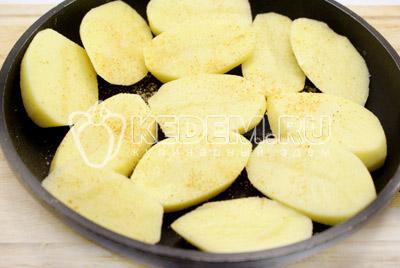 Выложить на противень или сковороду для духовки.Посолить и посыпать паприкой