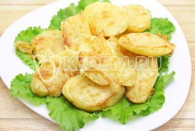 Запекать в духовке при 180 градусов С 25-30 минут. Готовые картофельные дольки немного остудить. Выложить на листья салата