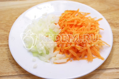 Лук мелко нашинковать, морковь натереть на терке.
