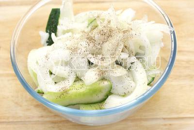 Добавить соль, перец и полукольцами нарезанный лук. Хорошо перемешать.