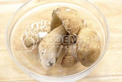 Грибы вымыть и очистить.  - Кабачки фаршированные грибами. Фото приготовление фаршированных кабачков грибами и сыром .