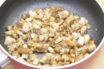 Нарезать грибы кубиками. Обжарить грибы на небольшом количестве масла и посолить.  - Кабачки фаршированные грибами. Фото приготовление фаршированных кабачков грибами и сыром .