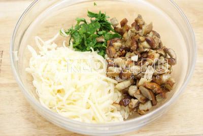 В миске смешать тертый сыр, мелко нашинкованную зелень, обжаренные грибы и майонез. - Кабачки фаршированные грибами. Фото приготовление фаршированных кабачков грибами и сыром .