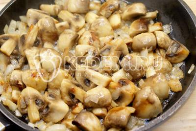 Обжарить лук с грибами на сковороде с растительным маслом