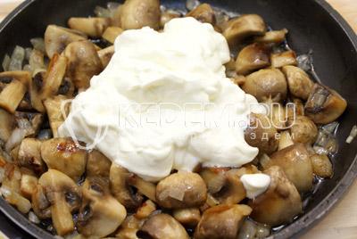 Готовить 5-7 минут, помешивая. Добавить сметану, соль и перец.