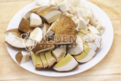 Белые грибы почистить, нарезать ломтиками.