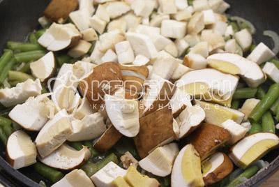 Добавить грибы и посолить, готовить 5-7 минут