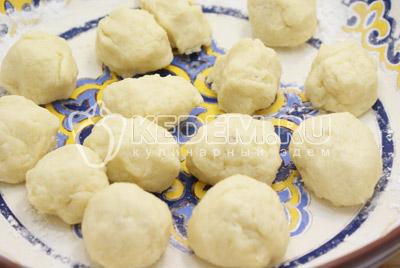 Убрать тесто в холодильник на 30 минут. Разделить тесто на небольшие порции (колобки).