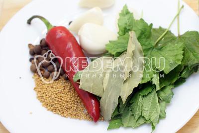 Приготовить все специи и листья смородины, очищенный чеснок