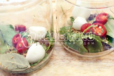 Заложить в каждую баночку по 2-3 горошины, по 2 лавровых листа, по 2 зубчика чеснока, по 1/2 ч. ложки семян горчицы и по 2-3 ломтика острого перца с семенами